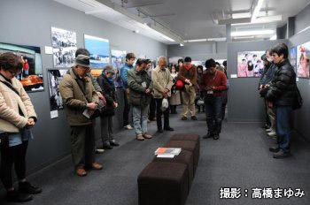 富士フォトギャラリー新宿展覧会場内での黙とう