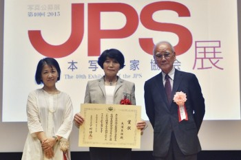 文部科学大臣賞を受賞した大浦美保さん(中央)、文化庁・林洋子氏(左)、熊切圭介会長(右)