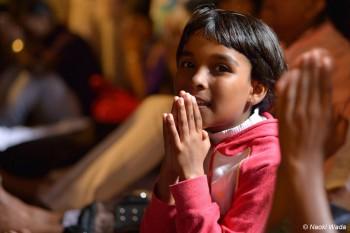 仏歯寺で祈る少女