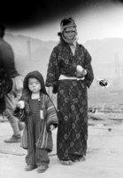 山端庸介「お握りをもつ親子」1945年8月10日山端祥吾蔵 日本写真保存センター寄託