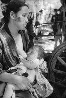 山端庸介「乳を飲ます母親」1945年8月10日 山端祥吾蔵 日本写真保存センター寄託
