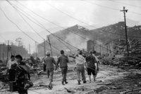 山端庸介「負傷者を運ぶ」1945年8月10日 山端祥吾蔵 日本写真保存センター寄託