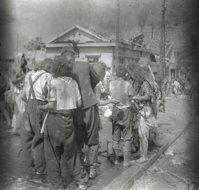 松重美人「被爆直後 御幸橋で救護を待つ」1945年8月6日 中国新聞社提供