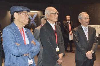 ニコン木村会長の案内で見学、左から田沼前会長、熊切会長、ニコン木村会長