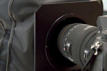 レンズ先端を蛇腹に差し込んだ状態。変換リング等も必要なく、レンズを蛇腹の中に入れるだけ