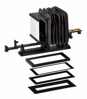 4×5判以下用のフィルムホルダーと、フィルムアダプター。一番上のフィルムホルダーはアンチニュートンガラス付の金属製で、樹脂製の4×5、ブローニー120/220、35㎜フィルム用アダプターとフィルムを挟み込み、マグネットで2枚の板を固定します。