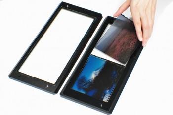 フィルムホルダーに、4×5IN判のフィルム2枚を装着している様子です。フィルムのノッチコードが写し込め、ホルダーは表裏に関わらずDUPRICATORに装着できます。