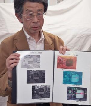 複写したフィルムの後処理過程を説明する坪田宣政氏