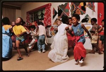 「南ア・ヨハネスブルグの幼稚園」 写真提供:田沼武能 コダクローム