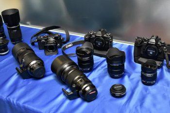 会場内の一角に設けられた、マイクロフォーサーズシステムのカメラボディや交換レンズ群のタッチコーナー。参加会員は、休憩時間などに興味深そうに手にしていた。