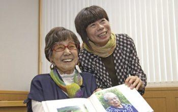 笑顔で写真撮影に応じる笹本恒子さん(左)と宇井眞紀子さん(右)撮影/出版広報委員・池口英司